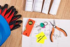 Chiavi domestiche con i diagrammi e gli accessori elettrici per l'organizzazione dei lavori, concetto domestico di costruzione Fotografia Stock