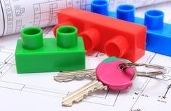 Chiavi domestiche, particelle elementari e diagrammi elettrici sul disegno della casa Immagine Stock