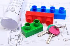 Chiavi domestiche, particelle elementari e diagrammi elettrici sul disegno della casa Fotografie Stock Libere da Diritti