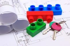 Chiavi domestiche, particelle elementari e diagrammi elettrici sul disegno della casa Fotografia Stock Libera da Diritti