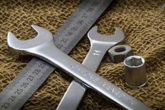 Chiavi e fine del righello del metallo su su un panno ruvido Priorità bassa del Brown Vista laterale Immagine Stock