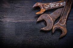 Chiavi a forchetta d'annata di lerciume sulla costruzione del legno del bordo concentrata Fotografie Stock