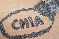 Chiawoord van het gieten van chiazaden wordt gemaakt op houten plaat die Royalty-vrije Stock Foto's