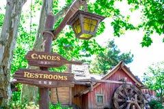 CHIBA, GIAPPONE: Contrassegno direzionale nel paese del Critter, Tokyo Disneyland immagini stock