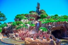 CHIBA, GIAPPONE: Spruzzi l'attrazione della montagna nel paese del Critter, Tokyo Disneyland fotografia stock libera da diritti