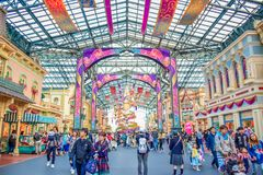 CHIBA, GIAPPONE: Turisti che visitano Main Street U S a in caso di trentacinquesima celebrazione più felice a Tokyo Disneyland ri fotografie stock