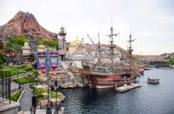 CHIBA, JAPÃO: Atração mediterrânea do porto com o vulcão no fundo no Tóquio Disneysea situado em Urayasu, Chiba, Japão Imagens de Stock Royalty Free
