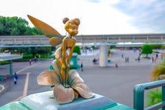 CHIBA, JAPÃO: Conserte a estátua pequena de Bell no recurso de Disney do Tóquio, Urayasu, Japão fotografia de stock royalty free