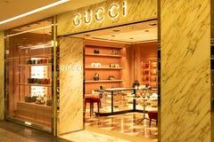 Chiba, Japón - 24 de marzo de 2019: Vista de la tienda del frente de Gucci, una marca de lujo italiana de moda y mercancías de cu fotografía de archivo