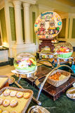 CHIBA, JAPÓN: Golpee la línea porción en un restaurante dentro del hotel de Tokio Disneyland durante la celebración 2016 del even Imagen de archivo