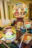 CHIBA, JAPÓN: Golpee la línea porción en un restaurante dentro del hotel de Tokio Disneyland durante la celebración 2016 del even Foto de archivo libre de regalías