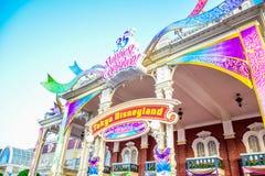 CHIBA, JAPAN: Decoratie bij van ingang om de 35ste Gelukkigste Vieringsgebeurtenis in Tokyo Disneyland Resort te vieren Stock Foto's