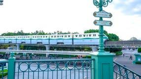 CHIBA JAPAN: Disney semesterortlinje, en enskenig järnväg som cirklar den Tokyo Disney semesterorten arkivfoto