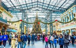 CHIBA JAPAN: Folkmassor som tycker om julgrangarnering på Main Street U S A av Tokyo Disneyland arkivfoto