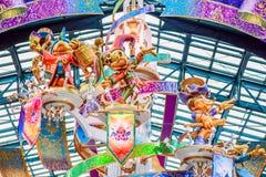 CHIBA JAPAN: Garnering på Main Street U S A att att fira händelsen av 35th mest lyckliga beröm på Tokyo Disneyland Resort arkivfoton
