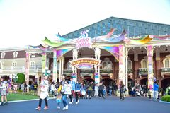 CHIBA JAPAN: Massor av turist- besöka Tokyo Disneyland i händelsen av Tokyo Disney tillgriper 35th mest lyckliga beröm Arkivfoto