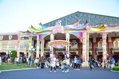 CHIBA JAPAN: Massor av turist- besöka Tokyo Disneyland i händelsen av Tokyo Disney tillgriper 35th mest lyckliga beröm Royaltyfria Bilder