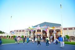 CHIBA JAPAN: Massor av turist- besöka Tokyo Disneyland i händelsen av Tokyo Disney tillgriper 35th mest lyckliga beröm Arkivbilder