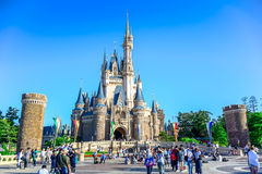 CHIBA JAPAN: Sikt av Tokyo Disneyland Cinderella Castle royaltyfri foto