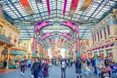CHIBA, JAPAN: Toeristen die Main Street -U bezoeken S A in het geval van 35ste Gelukkigste Viering bij de toevlucht van Tokyo Dis Stock Foto's