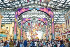 CHIBA, JAPAN: Toeristen die Main Street -U bezoeken S A in het geval van 35ste Gelukkigste Viering bij de toevlucht van Tokyo Dis Stock Afbeeldingen