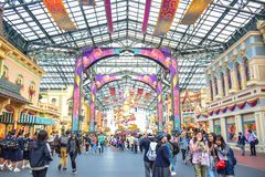 CHIBA, JAPAN: Touristen, die Main Street U besichtigen S A im Falle der 35. glücklichsten Feier in Tokyo nehmen Disneyland Zufluc stockfotografie