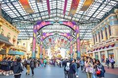 CHIBA JAPAN: Turister som besöker Main Street U S A i händelsen av 35th mest lyckliga beröm på Tokyo tillgriper Disneyland arkivbild