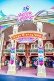 CHIBA JAPAN: Turister som besöker Tokyo Disneyland i händelsen av 35th mest lyckliga beröm för Tokyo Disney semesterort Arkivbild