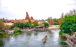CHIBA, JAPON : Touristes naviguant le canoë en rivière dans la zone de Westernland à Tokyo Disneyland image libre de droits