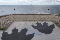 CHIBA Japonia, AUG, - 19, 2016: Zdobycz Godzilla gigantyczni odciski stopy w Umi Hotaru parking terenie w Tokio zatoki Aqua linii fotografia royalty free