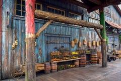 CHIBA, JAPONIA - MAY, 2016: Owoc w koszu w starej antycznej wiosce w Przegranym Rzecznym delta terenie w Tokio Disneysea lokalizo Zdjęcie Stock