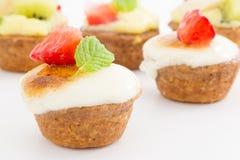 Chibouste-Törtchen mit Vanille und Frucht lizenzfreies stockfoto