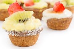 Chibouste-Törtchen mit Vanille und Frucht lizenzfreie stockfotos