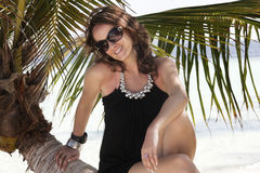chic elegant palmträdstamkvinna Arkivbilder