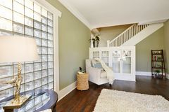 Free Chic Green Living Room With Built-in Bookshelves Stock Photography - 108454012