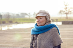 Chic hög kvinna i en vinterbasker och halsduk Arkivbild