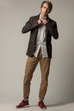 Chic man i den vita kjolen och brunt omslag och byxa arkivfoton