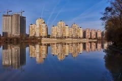 Chic sikt av det västra av Krasnodar från den Kuban floden i vintern i de guld- timmarna Nya höghus och klara blått royaltyfri bild