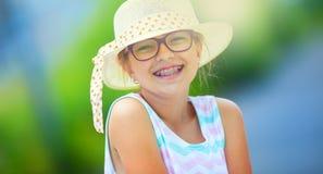 Chica Adolescente adolescente de la muchacha feliz pre Muchacha con los vidrios Muchacha con los apoyos de los dientes Muchacha r Fotografía de archivo libre de regalías