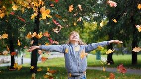 Chica Autumn Leaves Imagen de archivo libre de regalías