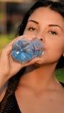 Chica joven adolescente con la botella de agua Imagen de archivo libre de regalías