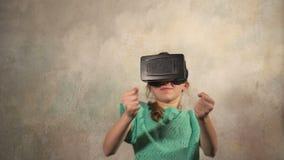 Chica joven adolescente con las auriculares de VR almacen de video