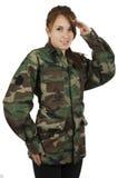 Chica joven adolescente feliz que lleva a militares verdes Imagen de archivo