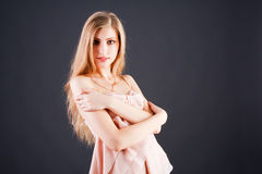 Chica joven adorable hermosa en túnica rosada Fotos de archivo