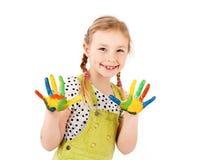 Chica joven adorable que juega con las acuarelas Fotografía de archivo