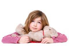 Chica joven adorable que se relaja con el oso de peluche Imagenes de archivo