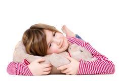 Chica joven adorable que sostiene el oso de peluche Fotos de archivo libres de regalías