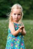 Chica joven adorable que sostiene el saltamontes Foto de archivo libre de regalías