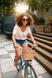 Chica joven africana que disfruta de paseo de la bicicleta Fotos de archivo libres de regalías