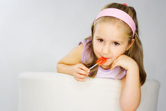 Chica joven agradable en color de rosa en fondo ligero Imágenes de archivo libres de regalías